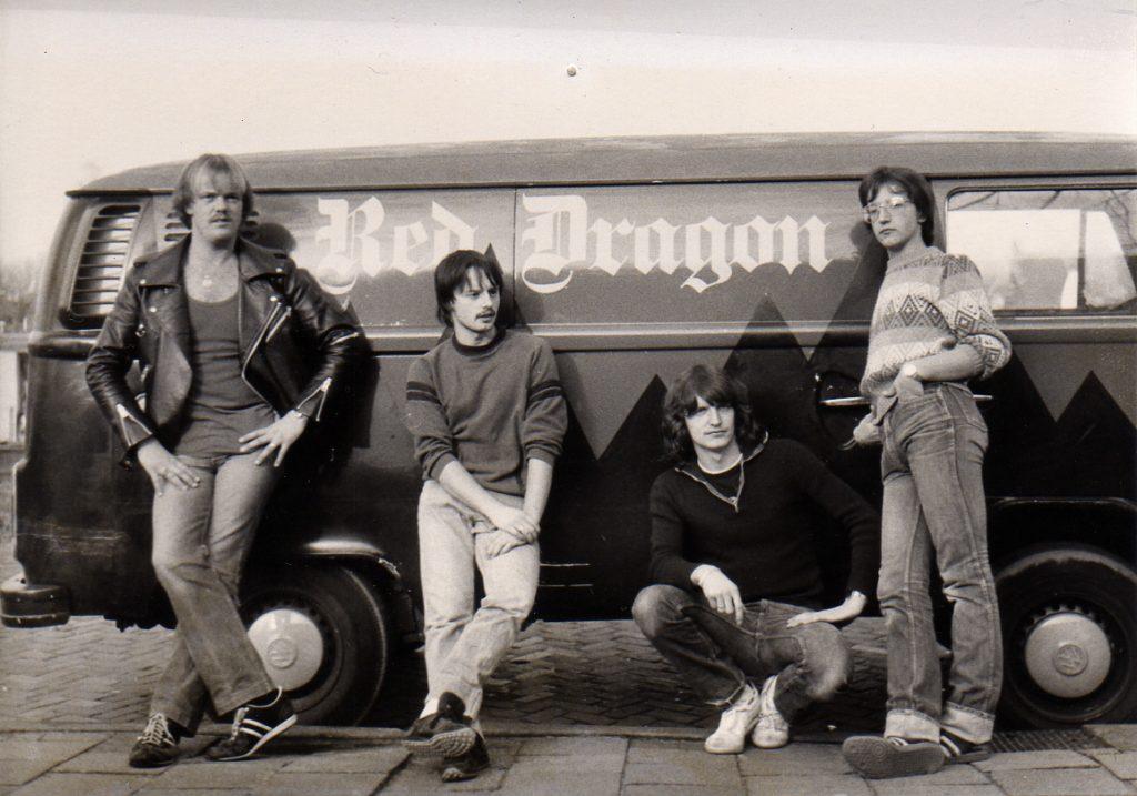 Red Dragon met hun tourbus voor optredens